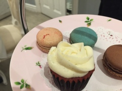Mini cupcake and macarons!
